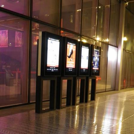 Outdoor Schutzgehäuse DOOHBOX mit Samsung 46 Zoll Monitor OM46N
