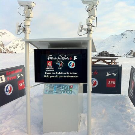 Outdoor Schutzgehäuse DOOHBOX-XXL mit 75 Zoll Display